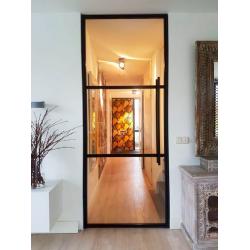 Čierne industriálne dvere...