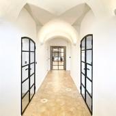 Pohled na chodbu s našimi dveřmi na @farabrixi #bydleni #bydlenisnu #bydlení #byvanie #bývanie #byvaniesnov #wohnen #wohnung #wohnungen #wohnenunddekorieren #schönerwohnen #moderneswohnen #schoenerwohnen #wohnungen