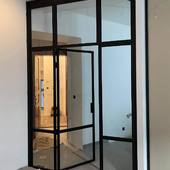 Ocelová stěna s dveřmi. Tato oddělila vstupní prostor od obytné zóny v jednom bytě v Praze #praha #praha🇨🇿 #praha❤️ #prahacity #praha_life #lifestyle #prag #прага #дверь #двери #dvere #dveře #dverenamiru #turen #türen