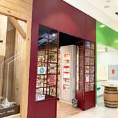 Více jak 3 metry vysoké dveře zdobí @oc_cubicon_ . Investor se nebál barev a zvolil bordó. Členění si také navrhli presne podle požadavků obchodu. Kéž by každé obchodní centrum mohlo mít takové kouzlo. Obchod stylově vynikl a dveře splnili svůj účel. Tenhle projekt milujeme😍 #bratislava #bratislava🇸🇰 #bratislava_ #bratislavacity #occubicon #cubicon #slovensko #slovensko🇸🇰 #slovenskobezfiltrov #nakupnemaniacky #nakupnicentrum #nakup #nakupy #nakupovanie #nakupovani #nakupujonline #obchodnicentrum #bordo #bordó